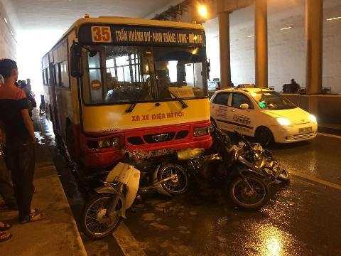 5 chiếc xe máy xếp chồng lên nhau trước đầu xe buýt.