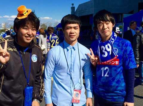 Các fan của Mito Hollyhock nhận ra Công Phượng và xin chụp ảnh cùng