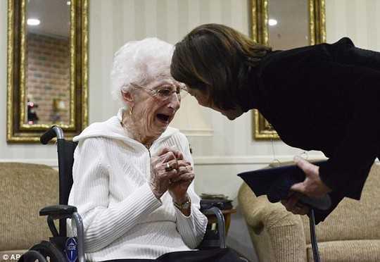 Bà Bekema bật khóc trong khoảnh khắc được nhận tấm bằng mà bà luôn ao ước suốt 80 năm qua.