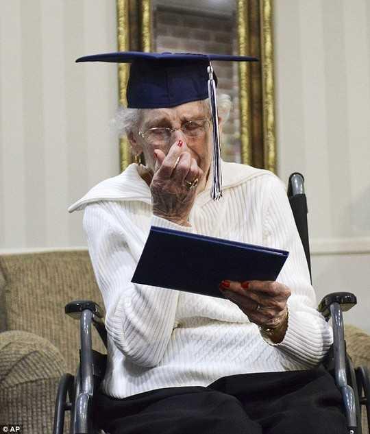 Sau 80 năm hy sinh vì gia đình, bà Bekema cuối cùng cũng được hưởng niềm vui nhận bằng tốt nghiệp.
