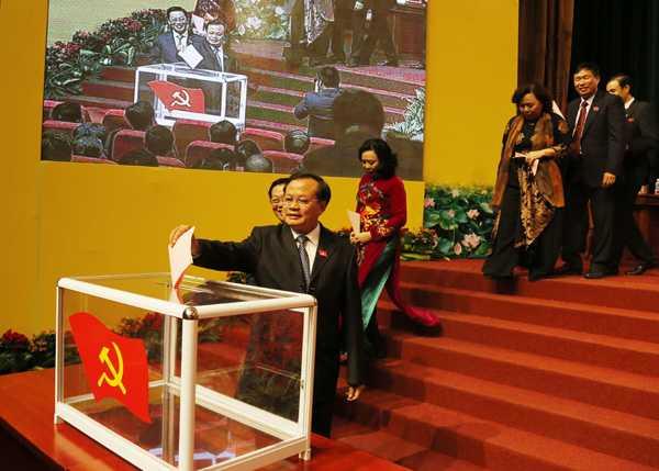 Bí thư Hà Nội Phạm Quang Nghị bỏ phiếu bẩu cử.