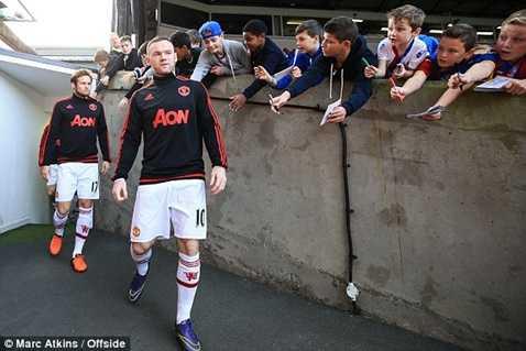 Rooney tiến ra đường hầm sân Selhurst Park