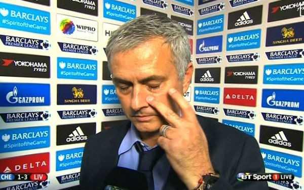 Mourinho chán nản sau trận thua 1-3 trước Liverpool