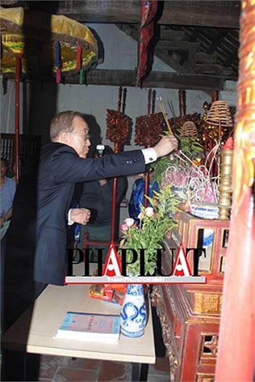 Ông Ban Ki Moon thắp hương lên bàn thờ họ Phan Huy. Ảnh: PLTPHCM