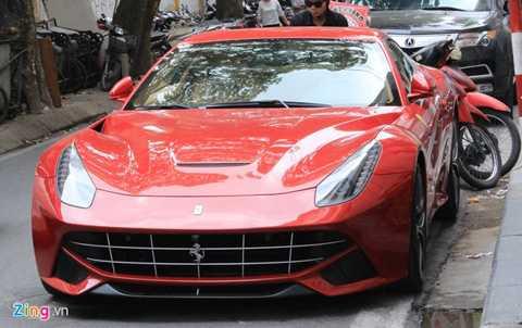 Chiếc Ferrari F12 Berlinetta đầu tiên ở   Hà Nội vừa được khui công tại cảng Interserco Mỹ Đình hôm 28/10 vừa qua.   Vài ngày sau, siêu xe được bắt gặp lăn bánh trên đường phố thủ đô.