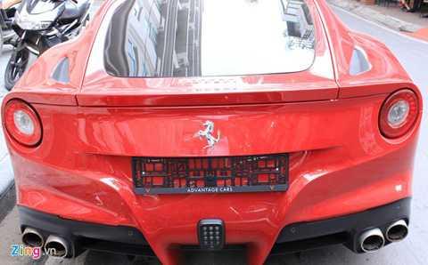 Sở hữu màu đỏ đặc trưng, phần đầu xe nổi bật   với lưới tản nhiệt giống Ferrari FF, cụm đèn pha giống 458 Italia, logo   ngựa chồm màu bạc, la-zăng năm chấu kép đi cùng ngàm phanh chính hãng   đồng màu với ngoại thất.