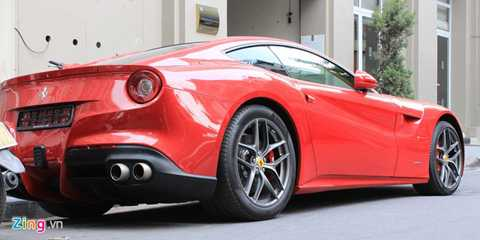 Ra mắt tại triển lãm Geneva năm 2012,   Ferrari F12 Berlinetta được trang bị động cơ V12, dung tích 6.4 lít, sản   sinh công suất tối đa 740 mã lực và mô-men xoắn cực đại 690 Nm, đi kèm   với hộp số bán tự động ly hợp kép 7 cấp. Siêu xe có khả năng tăng tốc từ   0-100km/h chỉ trong 3,1 giây, trước khi đạt vận tốc tối đa 340km/h. Tại   Mỹ, siêu xe này có giá bán khoảng 402.850 USD.