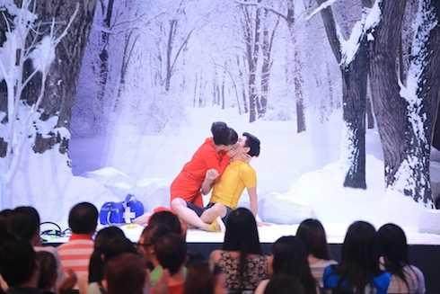 Việt Hương trao nụ hôn nồng nhiệt cho Will.