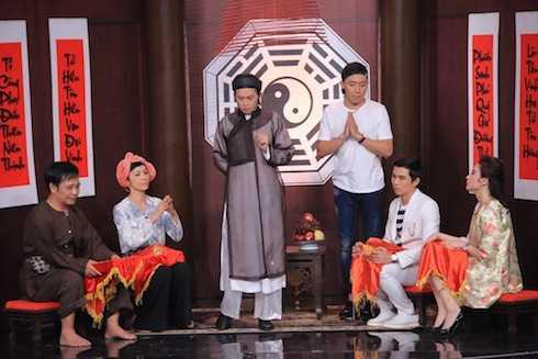 Hoài Linh vào vai thầy bói và bốn khách mời đóng vai khách hàng.
