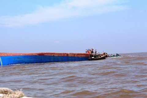 Tàu Hoàng Phúc 18 bị lật úp cách bờ biển Cần Giờ khoảng 7 hải lý (gần 13km) - Ảnh:Hoài Nhơn (Thanh Niên)