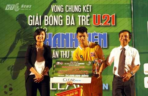 Tiền đạo Văn Thành của U21 Hà Nội T&T nhận danh hiệu Vua phá lưới với 7 bàn (Ảnh: Quang Minh)
