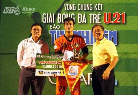 Thủ môn Đặng Ngọc Tuấn của U21 An Giang nhận danh hiệu Thủ môn xuất sắc nhất. (Ảnh: Quang Minh)