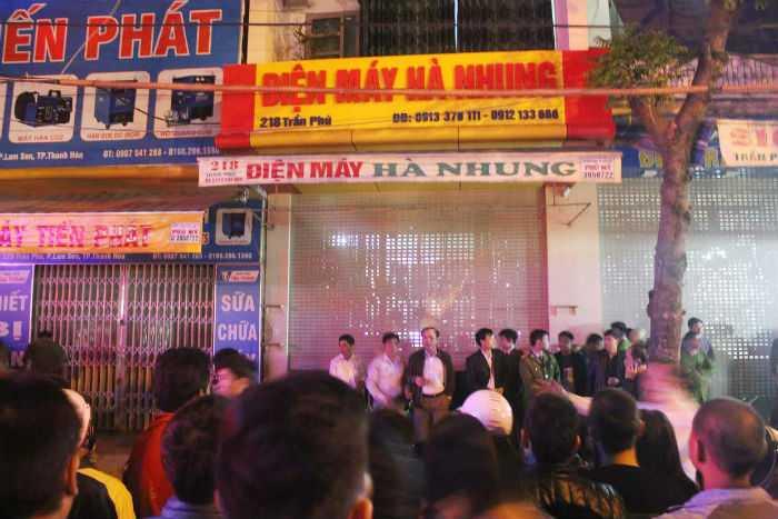 Khoảng 21h tối 1/11, người dân bàng hoàng phát hiện 4 người chết bất thường trong cửa hàng điện máy ở số 18 phố Trần Phú, TP Thanh Hóa, tỉnh Thanh Hóa.
