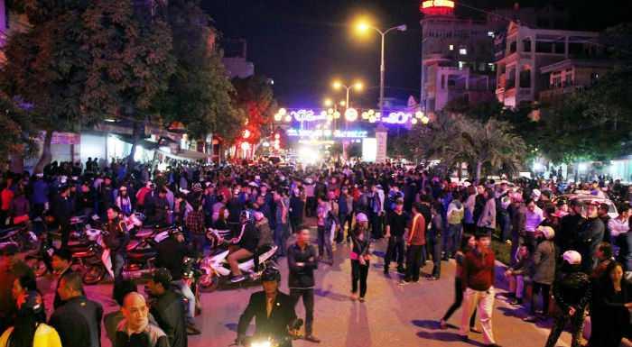 Hàng nghìn người dân tập trung trên phố Trần Phú, đoạn chạy qua số nhà 218 để theo dõi vụ việc.