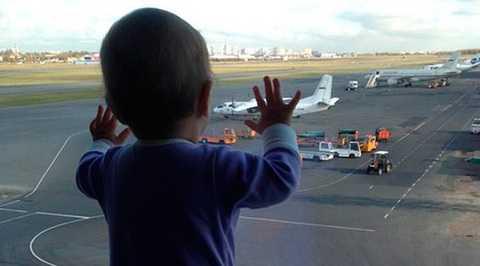 Hình ảnh bé gái Darina Gromova đứng nhìn các máy bay tại sân bay St. Petersburg