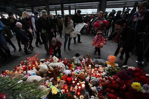Mọi người đặt hoa và gấu bông tưởng nhớ các nạn nhân tại sân bay St. Petersburg