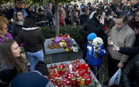 Nhiều người dân chia buồn cùng với người xấu số trong vụ cháy hộp đêm