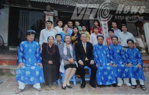 Tổng thư ký Liên Hiệp Quốc giao lưu và chụp ảnh cùng mọi người trong dòng họ