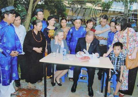 Ông Ban Ki Moon ghi lưu bút nhân chuyến thăm ngày 23/5 tại thôn Thụy Khuê, Sài Sơn