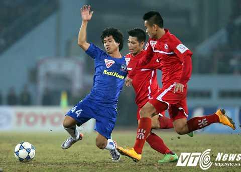 Công Phượng có một mùa tích lũy kinh nghiệm ở V-League 2015 (Ảnh: Quang Minh)