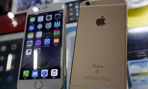 Một chiếc smartphone nhái iPhone 6s từ ngoại hình đến giao diện phần mềm. Ảnh: RT.