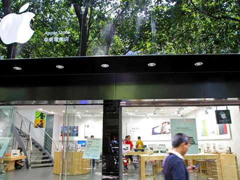 Ngoài nhái iPhone, nhiều cửa hàng tại Trung Quốc còn nhái Apple Store. Ảnh: RT.