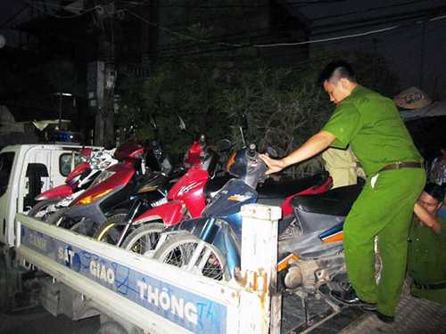 Lực lượng công an thu giữ số xe máy tại sới bạc