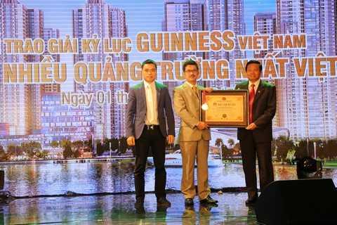 """Ông Hồ Bảo Hùng, Phó Tổng Giám đốc TNR Holdings Việt Nam nhận chứng nhận """"Tổ hợp căn hộ có nhiều quảng trường nhất Việt Nam"""" cho dự án Goldmark City"""