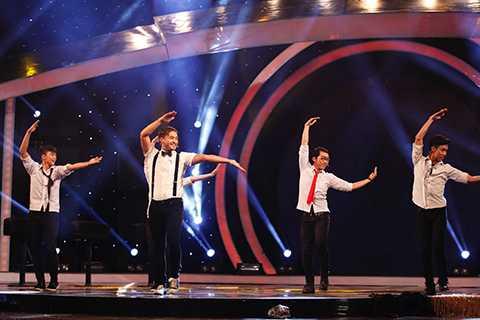 Với phần trình diễn The history of dance cùng vũ đoàn, Petey hoá thân thành thầy giáo và cùng nhảy hết mình với những vũ điệu nổi tiếng từ thập niên 70, 80, 90 cho đến 2000, 2010 và hiện nay trên thế giới, kể cả Việt Nam, trong đó có