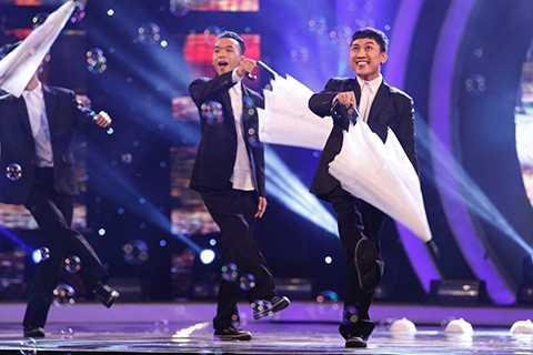 """Diễn viên hài Don Nguyễn đã lần đầu tiên đứng trên sân khấu trong vai trò một vũ công sau lời thử thách của Trấn Thành: """"Sau một thời gian suy nghĩ nặng nề đã cho Don làm điều khủng khiếp nhất, không cho hát, không cho nói, mà phải nhảy""""."""