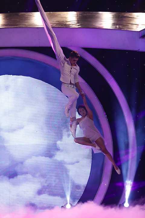 """Thử thách """"Thử làm vũ công"""" của bộ ba tám dành cho diễn viên Thuỷ Top đã mang đến một phần trình diễn đầy cảm xúc, nhiệt huyết và lấy nước mắt khán giả trong những phút cuối của chương trình. Đây là tiết mục được Huỳnh Minh Thủy (Thuỷ Top) nghiêm túc tập luyện và dành nhiều tâm huyết trên sân khấu Hoán Đổi. Không chỉ thử sức với những vũ điệu mới mẻ, Thuỷ Top còn nâng cấp tiết mục của mình với phần múa đương đại đầy năng lượng và màn đu dây vô cùng mạo hiểm."""