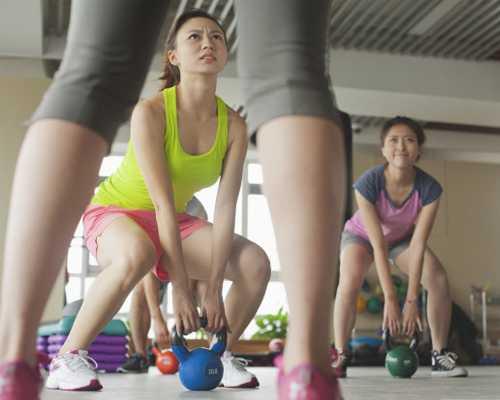 Tập gym vào buổi trưa đôi khi là sự lựa chọn duy nhất của dân văn phòng.