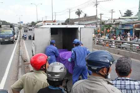 Xác nạn nhân được di chuyển khỏi hiện trường.