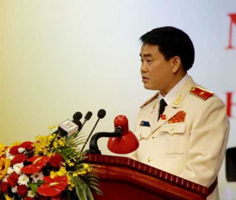 Thiếu tướng Nguyễn Đức Chung trình bày tham luận tại Đại hội Đảng bộ Hà Nội lần thứ XVI.