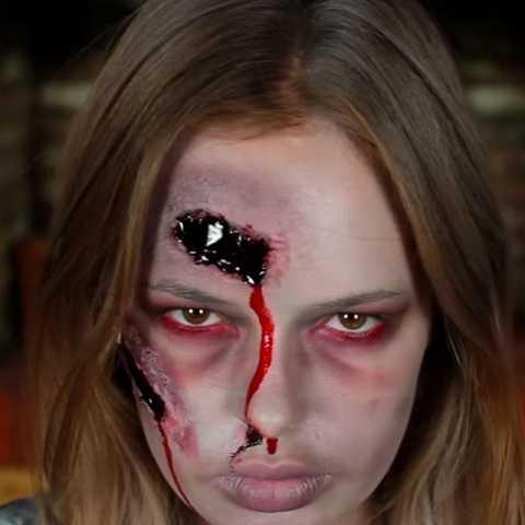 Tanya Burr có thể chiến đấu đến sứt đầu mẻ trán.