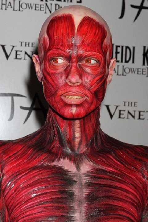 Khoác lên mình bộ trang phục kỳ dị này, Heidi Klum trông như người vừa bị lột da.