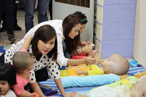 Đã là một người mẹ, vì vậy mà Duyên Anh rất yêu mến các em nhỏ. Nữ ca sĩ đã tự tay bón từng muỗng sữa cho những em khuyết tật.
