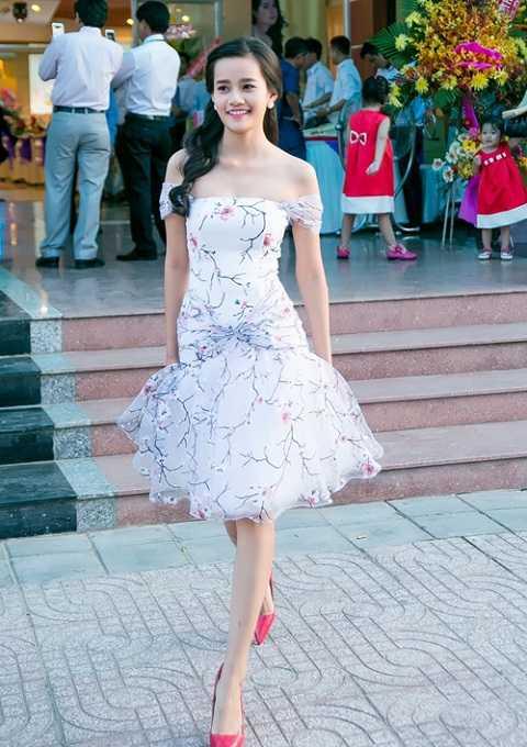 Top 10 Hoa hậu Hoàn vũ 2015, Kim Chi trông như tiểu thư đài các với đầm tuột vai bằng vải voan lưới bồng bềnh in họa tiết tươi tắn.