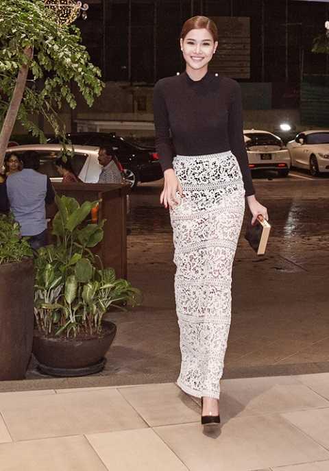 Kỳ Hân nửa kín nửa hở trong một thiết kế của Lâm Gia Khang đi dự sự kiện ở Malaysia.