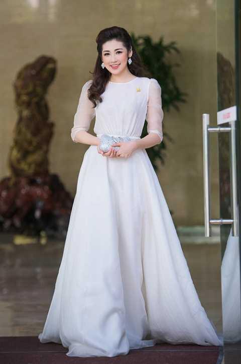Tú Anh đẹp lộng lẫy với đầm trắng của nhà thiết kế Lê Thanh Hòa. Bộ trang phục tôn lên làn da trắng mịn và vóc dáng thướt tha của cô.