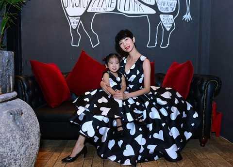 Hai mẹ con Xuân Lan rất đáng yêu khi cùng diện thiết kế kiểu cổ điển bằng chất liệu taffta. Trang phục này thuộc bộ sưu tập 'Love'của nhà thiết kế Đỗ Mạnh Cường. Siêu mẫu làm tiệc mừng tuổi mới sớm 3 ngày cho bé Thỏ.