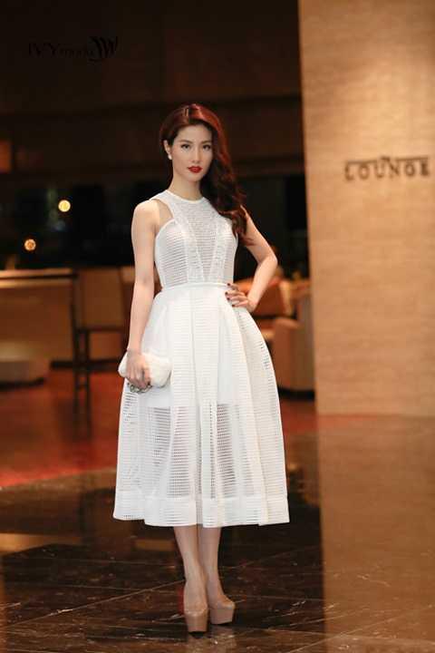 Diễm My 9x xinh như nàng công chúa với đầm trắng xuyên thấu xếp pli xòe.