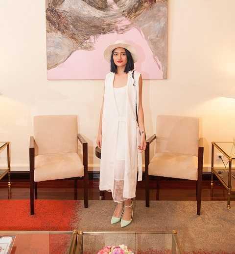 Sự kiện còn có sự góp mặt của Thuỳ Anh - nữ diễn viên chính của phim Đập cánh giữa không trung. Cô nữ tính, thuần khiết trong một bộ cánh của Li Lam.