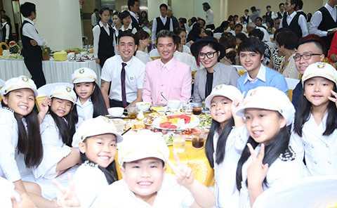 Phượng Vũ, Triệu Long, Vicky Nhung cũng góp mặt vào chương trình với những tiết mục sôi động.