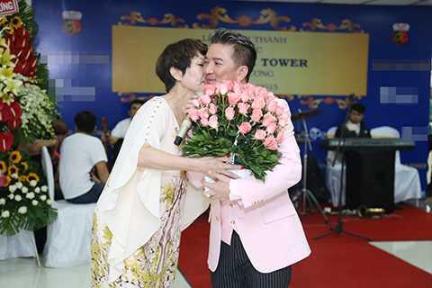 Một vị khán giả hâm mộ cuồng nhiệt đã lên tặng hoa và ôm hôn Mr.Đàm, thể hiện tình cảm và sự mến khách của người dân Bình Dương.