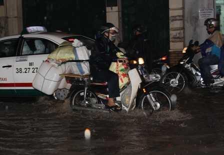 Cứ mưa là khu vực sân bay Tân Sơn Nhất lại ngập.
