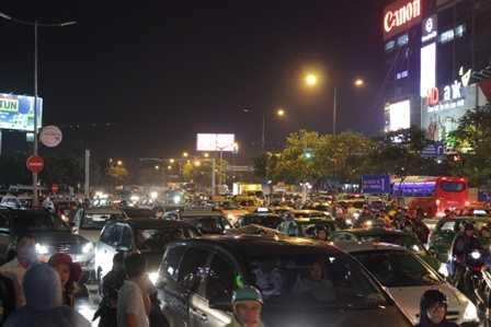 Cổng sân bay Tân Sơn Nhất lúc nào cũng quá tải.