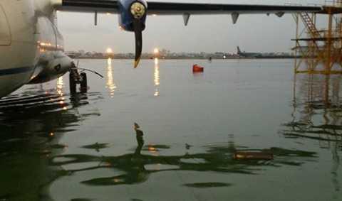 Nước ngập lênh láng trong sân bay Tân Sơn Nhất