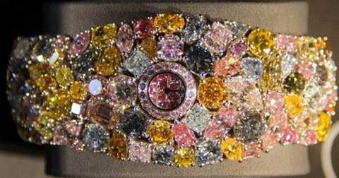 kim cương được đính lên chiếc đồng hồ