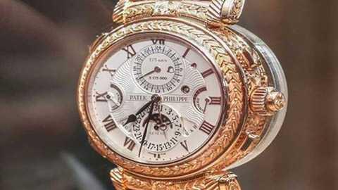 Đây là một chiếc đồng hồ khá đặc biệt khi có tới 2 mặt có thể xem giờ